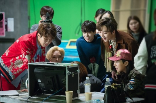 WINNER members gathered in front of the monitor after taking the first scene!